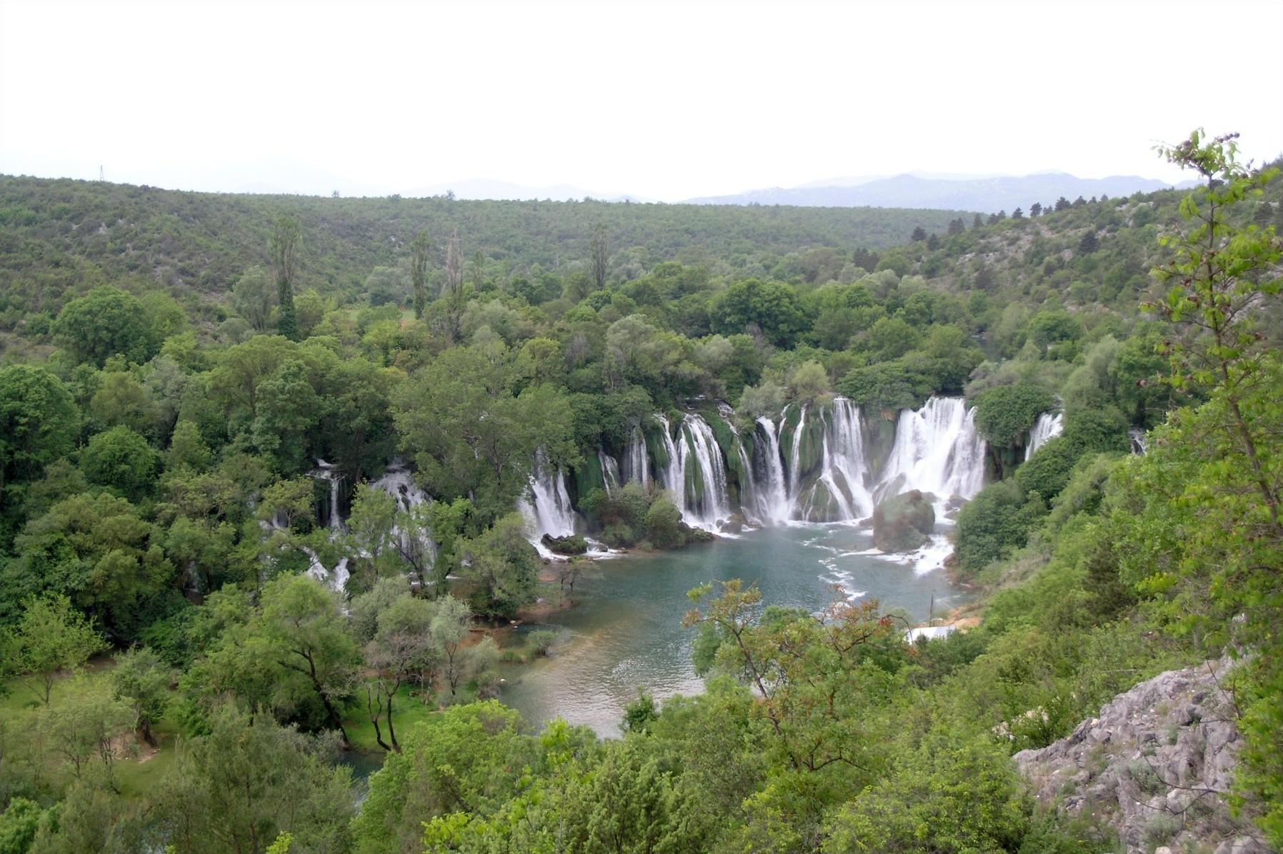 Mostar'dan 40 km uzaklıkta olan Kravitse şelalesi Balkanlar'ın en çekici doğa manzaralarından bir tanesidir. O yerde Trebijat nehrin.